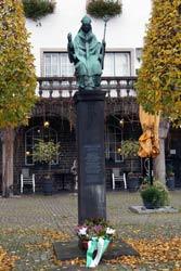 Denkmal des Stadtpatrons Engelbert von Berg (geboren um 1185, ermordet am 7.11.1225). Die Bronzefigur von 1914 zeigt ihn mit schwert und Bischofsstab, den Symbolen weltlicher und geistlicher Herrschaft