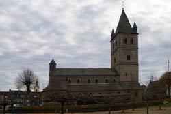 Die Nikolauskirche wurde wahrscheinlich 1143 als Filialstift der Kölner Basilika St. Aposteln erbaut. Sie stand direkt an der Stadtmauer, weshalb der Kirchturm als Wehrturm ausgeführt wurde. Er ist stolze 57m hoch und erlaubte eine weite Fernsicht und diente gleichzeitig als überregionale Landschaftsmarke. Neben dem großen Turm zeigt das für romanische Kirchen große Mittelschiff die Bedeutung von St. Nikolaus im Mittelalter