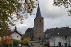 Blick über den Burgplatz auf die katholische Pfarrkirche St. Severin