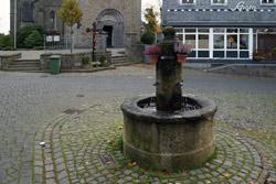 Der Dorfbrunnen am Burgplatz