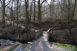 Holzsteg über den Eifgenbach im Reisegarten Eifgen
