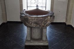 Taufbecken aus dem 12. Jahrhundert