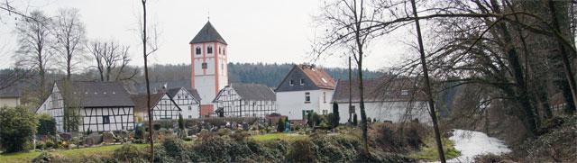Blick über die alte Dhünnfurt auf den historischen Ortskern von Odenthal