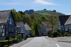 Hauptstraße in Elleringhausen mit Blick auf die Steine