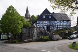 Grimme-Denkmal und Pfarrkirche St. Katharina in Assinghausen