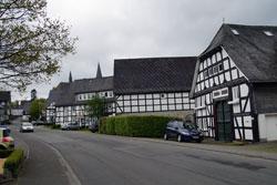 Die Hauptstraße in Assinghausen mit vier Fachwerkhäusern aus dem 17. und 18. Jahrhundert