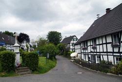 Muchensiefen mit historischem Wegekreuz