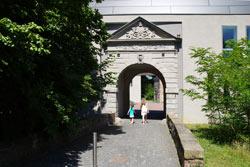 Übergiebeltes Hausstein-Portal von 1741 an einem neu errichteten Torbau