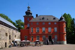 Die ursprünglich als Wasserburg erbaute Hofanlage Burg Wissem geht auf die karolingische Zeit zurück