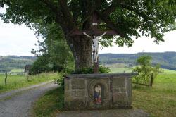 Wegekreuz mit Altar unter Sellmanns Linde oberhalb von Grafschaft