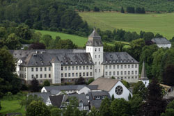 Blick vom Hang des Wilzenbergs auf Kloster Grafschaft