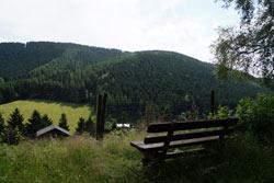 Blick über das Wildgehege auf den Hunaukamm