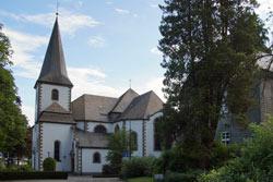 Südseite der katholischen Pfarrkirche St. Cosmas und Damian