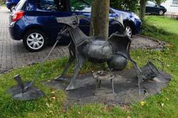 Ziegenskulptur vor dem Schieferbergbau- und Heimatmuseum