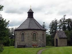 Hagen-Kapelle mit Kreuzwegstation in Holthausen