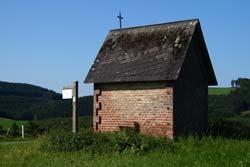 Rocchuskapelle auf dem Scheitelpunkt des Weges von Kirchrarbach nach Niederhenneborn