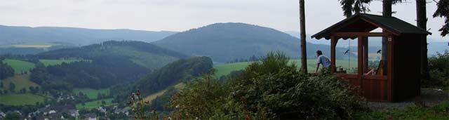 Blick vom Burgberg über Niedersorpe Rothaarkamm und Wilzenberg