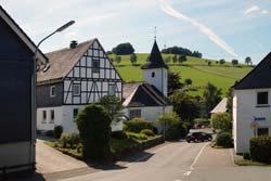 Neuer Weg in Oberhenneborn mit Blick auf St. Agatha