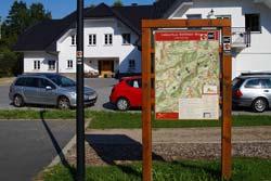 Die Wandertafel ist Start und Ziel der Golddorf-Route Westfeld