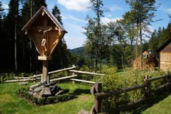 Wegekreuz bei den Jagdhütten auf dem Sattel zwischen Vorderer und Hinterer Hoher Knochen
