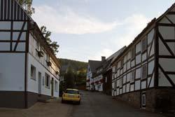 Die Dorfstraße in Westfeld