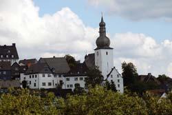 Blick vom Kreuzberg in Arnsberg auf die Stadtkapelle St. Georg