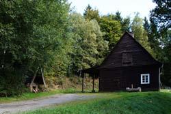 Holzhütte mit Feuerstelle auf der Einsiedelei