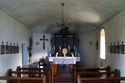 Der Altar in der Kapelle ist aus der Erbauungszeit. Dargestellt sind links die Hl. Agatha, rechts der Hl. Nikolaus. In der Mitte steht eine gotische Pieta aus dem 15. Jahrhundert