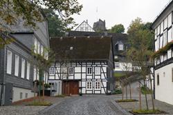 Blick vom Markt hoch zur Burgruine