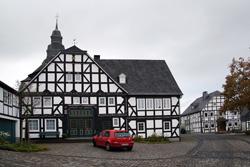 Prächtiges Fachwerkhaus in Eversberg am Marktplatz