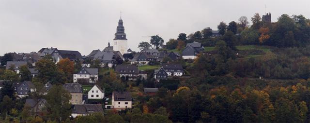 Blick auf Eversberg mit Pfarrkirche und Burgruine