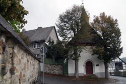 Lucien-Kapelle an der Stadtmauer in Eversberg. 1739 als Gelübte der Bürger nach der Ruhrseuche erbaut
