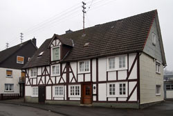 Das zweigeschossiges Fachwerkgebäude wurde 1764 von Johann Heinrich Jung, einem Onkel Jung-Stillings, errichtet