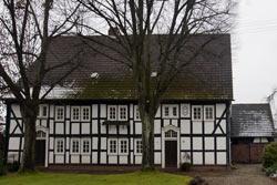 Doppelwohnhaus des 18. Jahrhunderts in typischer Fachwerkkonstruktion, das in früheren Jahren von reichen Littfelder Bürgern mit großem Grundbesitz bewohnt wurde
