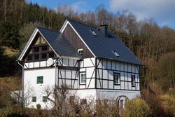 Fachwerkgebäude am Ortsrand von Neuenkleusheim