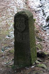 Historischer Grenzstein DD (Kölner Seite) am Heck