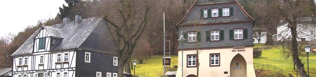 Heimathaus und alte Schule in Achenbach