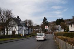 Blick zurück auf Heimathaus und Alte Schule