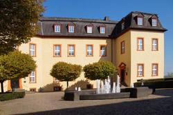 """Graf Gerhard II. verlegte die Residenz der Grafschaft Sayn nach Hachenburg und erwarb 1461 das """"Steinerne Haus"""" (Hotel """"Zur Krone""""). Das Gebäude, mit einer prächtigen Renaissancefassade ausgestattet, ist auf dem Dachfirst mit einem """"Mohrenkopf"""" verziert. Dieser wies zu jener Zeit das Haus als Fürstenherberge aus und wird bis heute als Talisman angesehen. Das Hotel """"Zur Krone"""" ist vermutlich eines der ältesten steinernen Gasthäuser Deutschlands"""