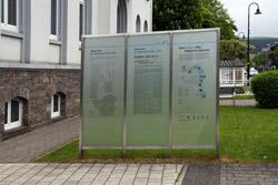 Informationstafel zur künstlerischen Arbeit »Der Wettbewerb« von Jochen Gerz