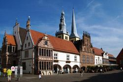 Rathaus mit Stadtkirche St. Nicolai