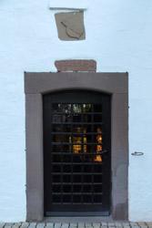 Südeingang der Sonneborner Kirche mit dem Wappen der früheren Patronatsherren von Kerßenbrock