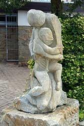 Sandsteinskulptur neben der Stiftskirche St. Marien