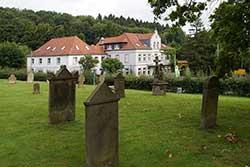 Blick vom Bergkirchener alten Kirchhof zum Restaurant Wittekindquelle