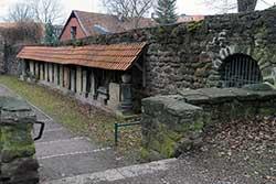 Alter Friedhof mit Stadtmauer