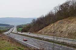 Landesgrenze zwischen Hessen und Niedersachen quert die Autobahn A7 Richtung Kassel