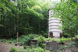 Der Kalkbrennofen ist im Südwesten der Gobert als Industriedenkmal stehen geblieben