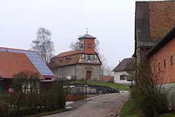 Die Kirche in Lüderbach wurde zwischen 1329 und 1445 als Wehrkirche erbaut