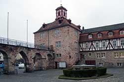 Landgrafenschloss mit Frau-Holle-Brunnen