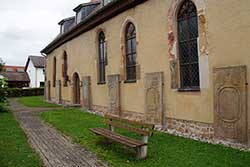 Grabplatten an der Ostseite der evangelischen Kirche in Nentershausen